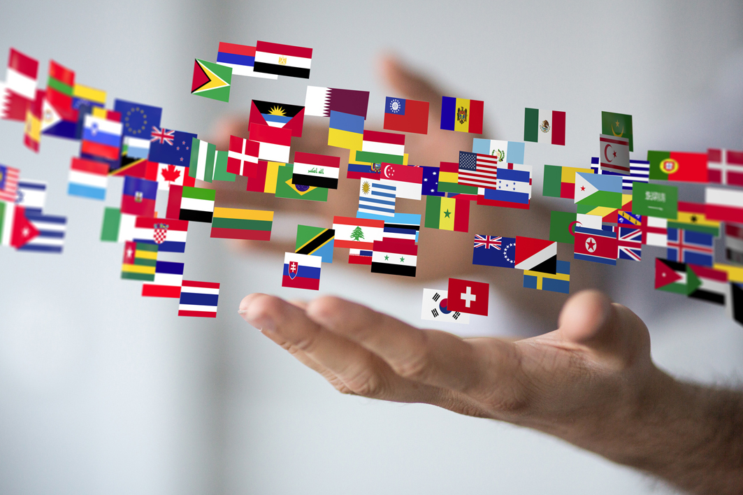 Image hand with different national flags ©kbuntu - Fotolia.com